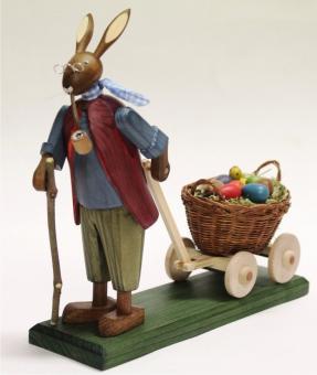 Steglich Osterhasengroßvater mit kleinen Eiern im Wagen